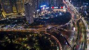 Le trafic agité avec des gratte-ciel la nuit photographie stock libre de droits