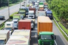 Le trafic agité dans un tollway avec la longue rangée des camions photographie stock libre de droits