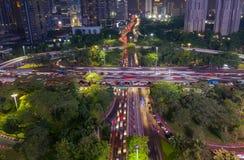 Le trafic agité sur le pont de Semanggi la nuit image libre de droits