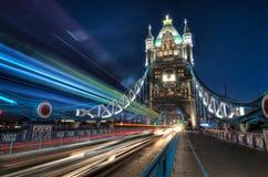 Le trafic au-dessus du pont de tour Photos stock