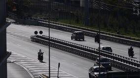 Le trafic avec l'automobile, les scooters et les camions clips vidéos