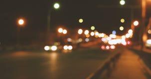 Le trafic brouillé de nuit sur l'autoroute banque de vidéos