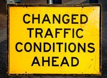 Le TRAFIC CHANGÉ par avertissement rayé et endommagé CONDIT de plaque de rue Photos libres de droits