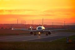 Le trafic d'aéroport au coucher du soleil Photo stock