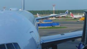 Le trafic d'aéroport dans l'aéroport de Domodedovo clips vidéos