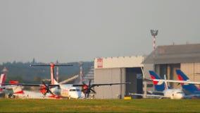 Le trafic d'aéroport de Dusseldorf clips vidéos