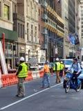 Le trafic d'arrêt de travailleurs de la construction, NYC, NY, Etats-Unis photographie stock libre de droits