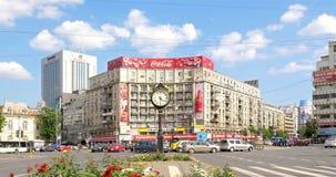 Le trafic d'heure de pointe dans Roman Square du centre (Piata Romana) de ville de Bucarest banque de vidéos