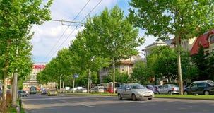 Le trafic d'heure de pointe dans Roman Square du centre (Piata Romana) de ville de Bucarest clips vidéos
