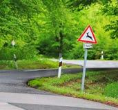 Le trafic dans le chemin forestier avec le roadsign de cerfs communs images libres de droits