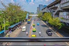 Le trafic dans la ville de Bangkok dans la station de la note BTS de MOIS images libres de droits