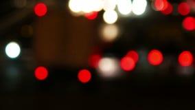 Le trafic dans la ville de nuit Temps-faute d'avenue dans la nuit Mouvement brouillé débordant de circulation dense foncé Bourdon banque de vidéos