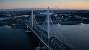 Le trafic de bâtiment et de voiture de gratte-ciel de ville sur le pont suspendu au coucher du soleil de soirée banque de vidéos