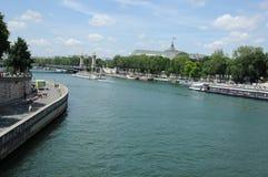 Le trafic de bateau à Paris photo libre de droits