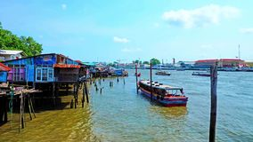 Le trafic de bateau sur le fleuve Chao Phraya, Bangkok, Thaïlande clips vidéos