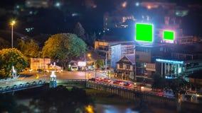 Le trafic de carrefours de laps de temps et grand panneau d'affichage d'écran de vert de LED banque de vidéos