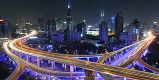 Le trafic de Changhaï la nuit Images libres de droits