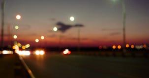 Le trafic de coucher du soleil sur l'autoroute avec les lumières brouillées banque de vidéos