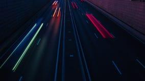 Le trafic de laps de temps des voitures dans la rue de ville la nuit St Petersburg, Russie 4K banque de vidéos