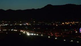 Le trafic de montagne au crépuscule banque de vidéos