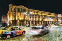 Le trafic de nuit à Sofia, Bulgarie Photographie stock