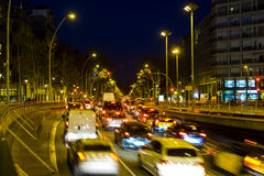 Le trafic de nuit dans la place d'Espana de plaza à Barcelone Photo libre de droits