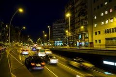 Le trafic de nuit dans la place d'Espana de plaza à Barcelone Photos libres de droits