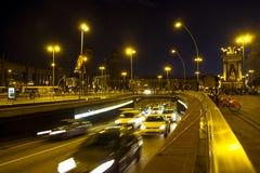 Le trafic de nuit dans la place d'Espana de plaza à Barcelone Images stock