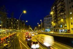 Le trafic de nuit dans la place d'Espana de plaza à Barcelone Photographie stock libre de droits