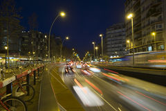 Le trafic de nuit dans la place d'Espana de plaza à Barcelone Photographie stock