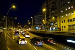 Le trafic de nuit dans la place d'Espana de plaza à Barcelone Photos stock