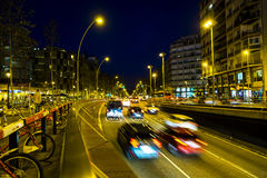 Le trafic de nuit dans la place d'Espana de plaza à Barcelone Images libres de droits