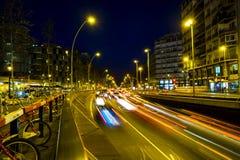 Le trafic de nuit dans la place d'Espana de plaza à Barcelone Photo stock