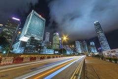 Le trafic de nuit dans la ville urbaine Photo stock