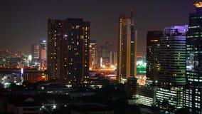 Le trafic de nuit de Cityspace sur la route d'un bâtiment commercial dans le laps de temps banque de vidéos