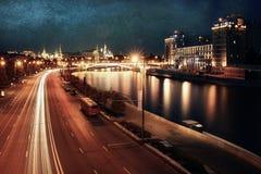 Le trafic de nuit de tache floue de fond Photos stock
