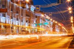 Le trafic de nuit sur l'avenue de Lénine dans Gomel, Belarus Photo libre de droits