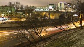 Le trafic de nuit sur la promenade urbaine à Moscou Photographie stock libre de droits