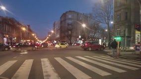 Le trafic de nuit sur la rue de la ville de Belgrade banque de vidéos