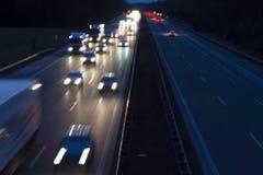Le trafic de nuit sur une route allemande Images libres de droits
