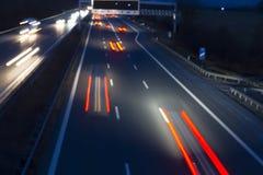 Le trafic de nuit sur une route allemande Photos stock