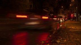 Le trafic de nuit de ville de Riga banque de vidéos