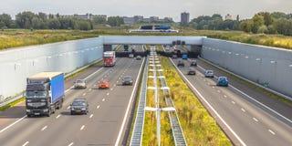 Le trafic de permutation sur l'autoroute dans Randstad images libres de droits