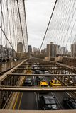 Le trafic de pont de Brooklyn photographie stock libre de droits