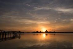 Le trafic de rivière au coucher du soleil Photo stock