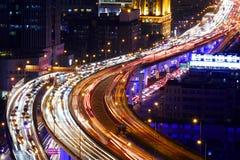Le trafic de route de ville de Changhaï dans la tombée de la nuit Image stock