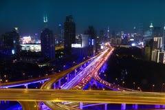 Le trafic de route de ville de Changhaï dans la tombée de la nuit Photographie stock libre de droits