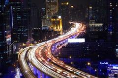 Le trafic de route de ville de Changhaï dans la tombée de la nuit Images libres de droits