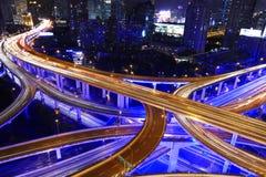 Le trafic de route de ville de Changhaï dans la tombée de la nuit Photos stock