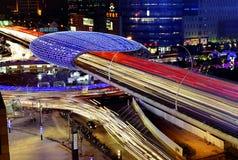 Le trafic de route de ville de Changhaï dans la tombée de la nuit Photographie stock